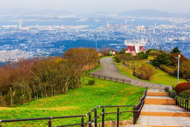 Ландшафт города Японии Kitakyushu посмотрел от обсерватории Sakurayama Голубое небо в сезоне осени стоковые фото