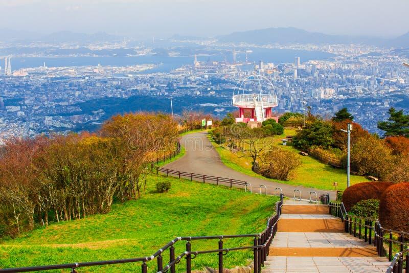 Ландшафт города Японии Kitakyushu посмотрел от обсерватории Sakurayama Голубое небо в сезоне осени стоковые изображения rf