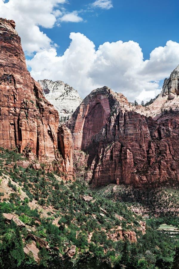 Ландшафт горы в долине на национальном парке Сиона, США стоковые фотографии rf