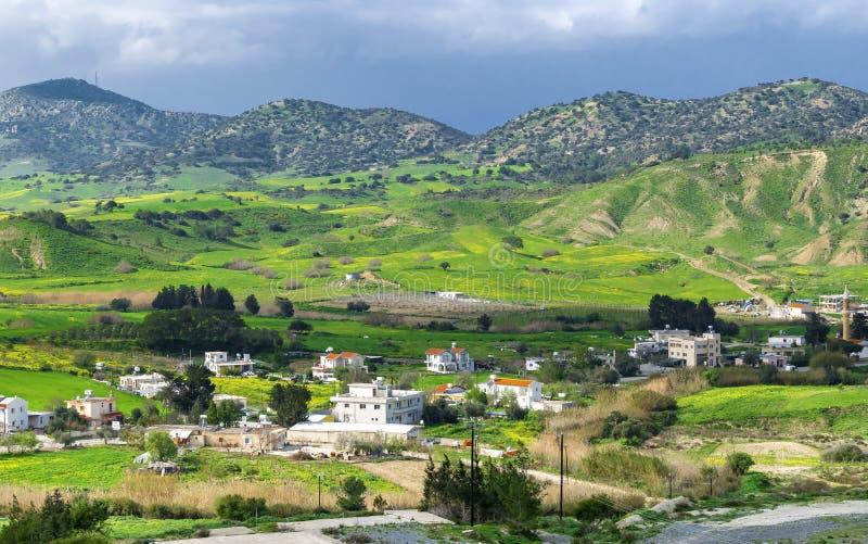 Ландшафт горы в северном Кипре Небольшое поселение на ноге гор стоковая фотография rf