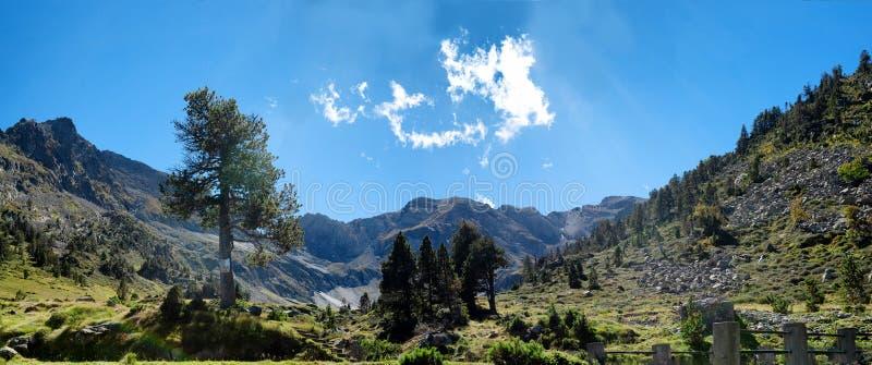 Ландшафт горы в французских Пиренеи с голубым небом и clo стоковое изображение rf