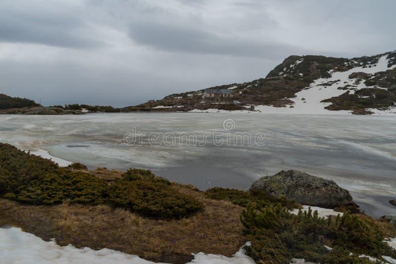 Ландшафт горы зимы в Болгарии, озере рыб Ribnoto с озерами убежища 7 на предпосылке стоковые фото