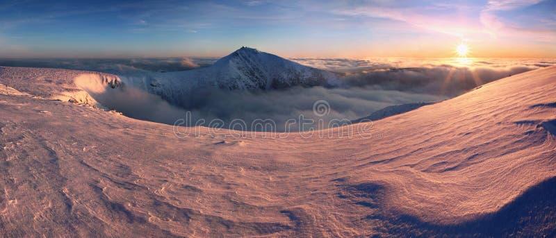 Ландшафт горы зимы с туманом в гигантских горах на польской и чехословакской границе - национальном парке Karkonosze стоковая фотография rf