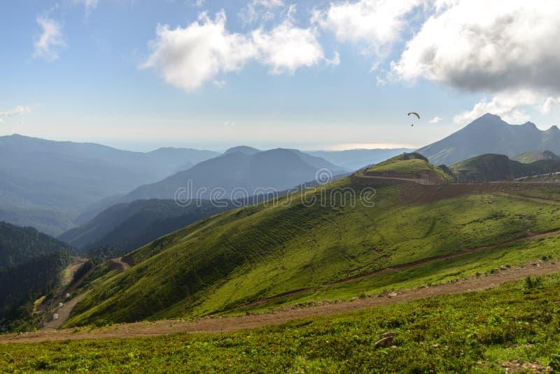 Ландшафт горы лета с параглайдингом в расстоянии стоковые фото