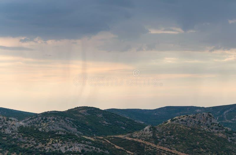 Ландшафт горы с ненастным небом стоковое фото