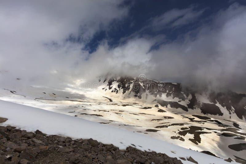 Ландшафт горы с снегом и солнцем утра стоковое изображение