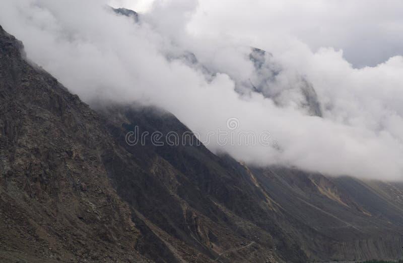 Ландшафт гор в пасмурном дне стоковые фотографии rf