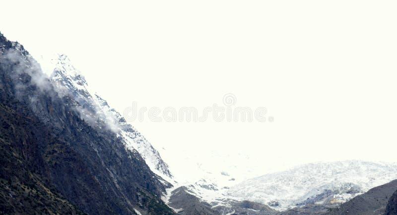 Ландшафт гор в пасмурном дне стоковое изображение rf