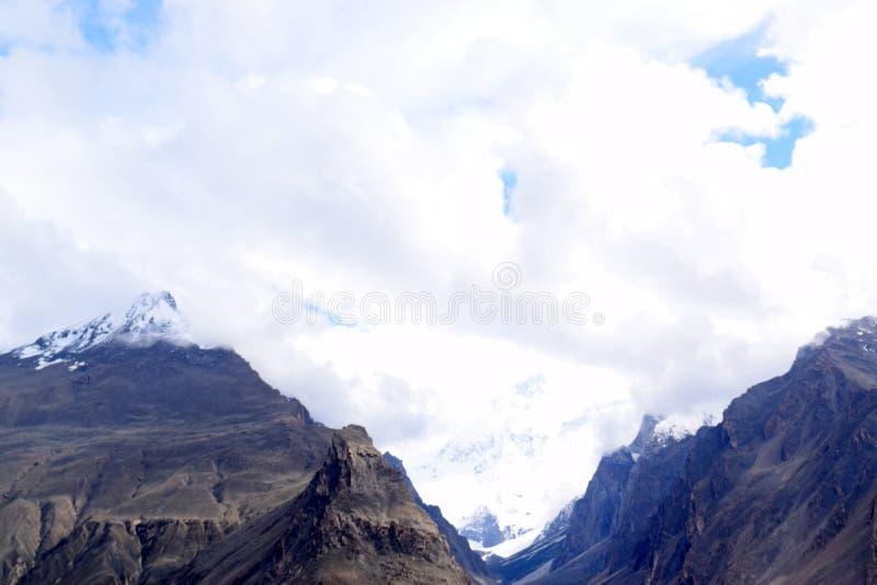Ландшафт гор в пасмурном дне стоковые изображения