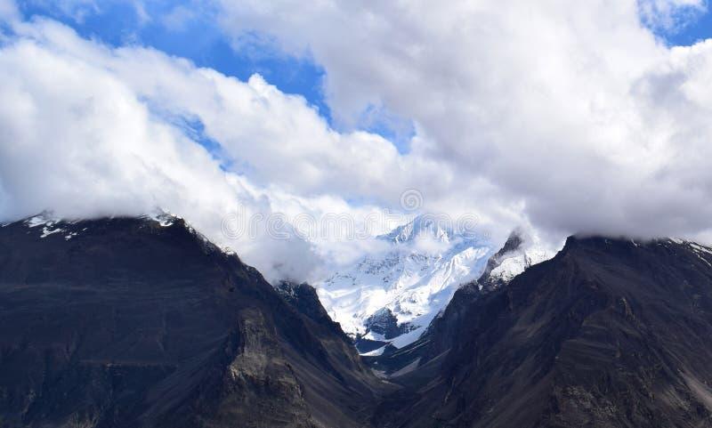 Ландшафт гор в пасмурном дне стоковое фото rf