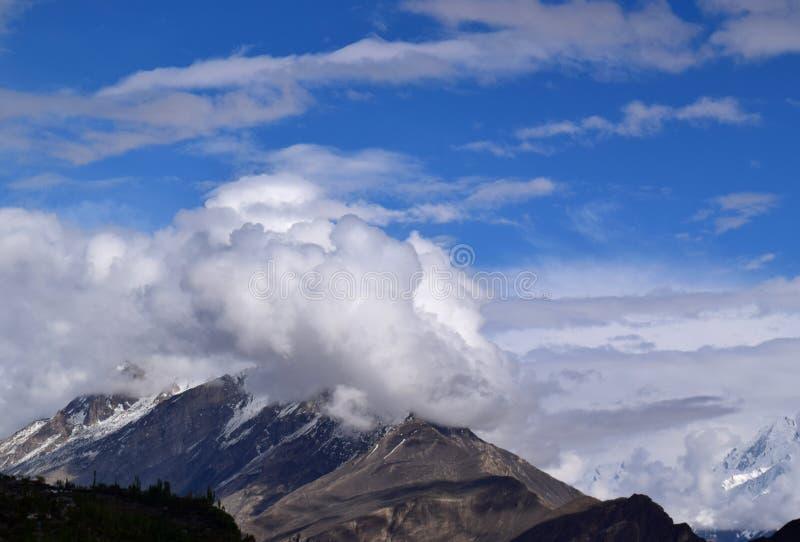 Ландшафт гор в пасмурном дне стоковое фото