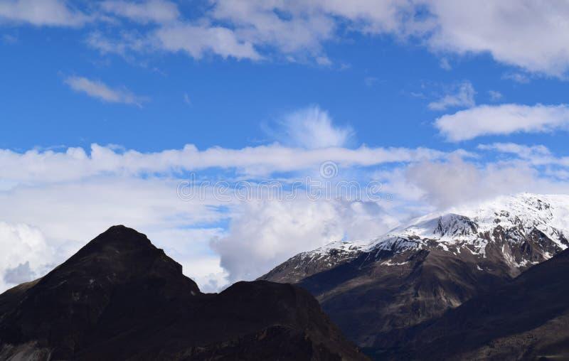 Ландшафт гор в пасмурном дне стоковые фото