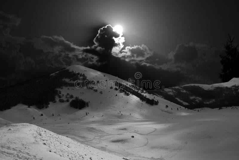 Ландшафт гор зимы ночи в Абруццо, Италии стоковое изображение