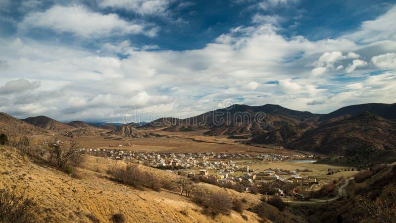 Ландшафт гор и выселка стоковые изображения rf