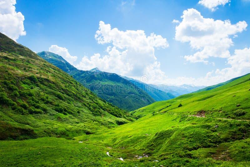 Ландшафт долины горы на солнечный весенний день в Svaneti, Грузии стоковые фотографии rf