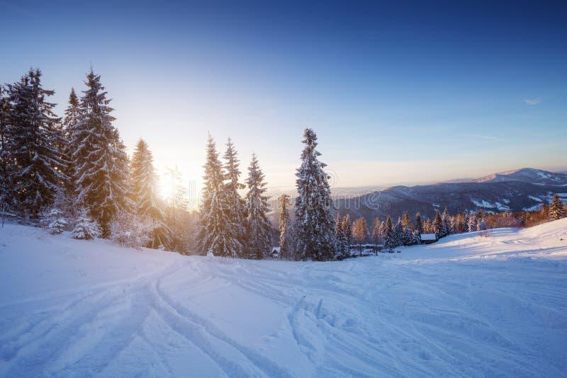 Ландшафт зимы в горах на заходе солнца стоковое изображение