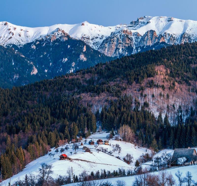 Ландшафт зимы в Румынии с природой, горой, лесом, деревней стоковая фотография rf