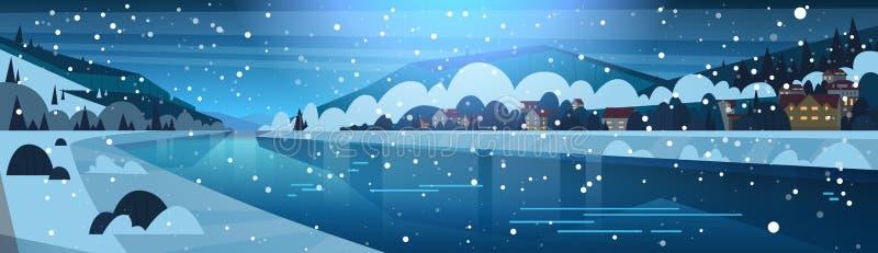 Ландшафт зимы ночи в малой деревне на банках замороженных холмов реки и горы покрытых с снегом горизонтальным бесплатная иллюстрация