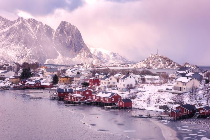Ландшафт зимы пейзажа драматический во время шторма на заходе солнца, Reine, островах Lofoten, Норвегии стоковые изображения rf