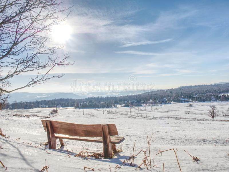 Ландшафт зимы, солнечный день Следы ноги в снежке стоковая фотография rf