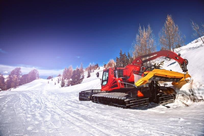 Ландшафт зимы со снегом вспахивая бульдозер Удаление снега оборудовать стоковое фото rf