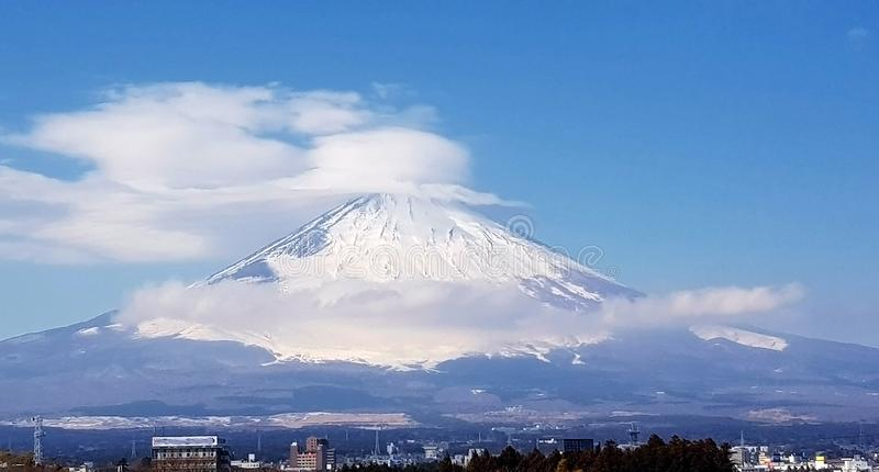 Ландшафт зимы с горами и облаками стоковое фото rf