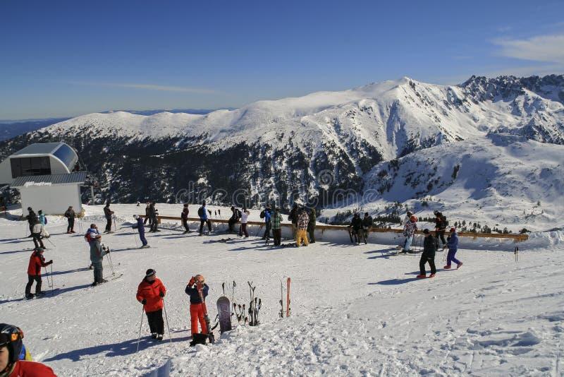 Ландшафт зимы с лыжным районом курорта Bansko, горы Pirin, Болгарии стоковое изображение