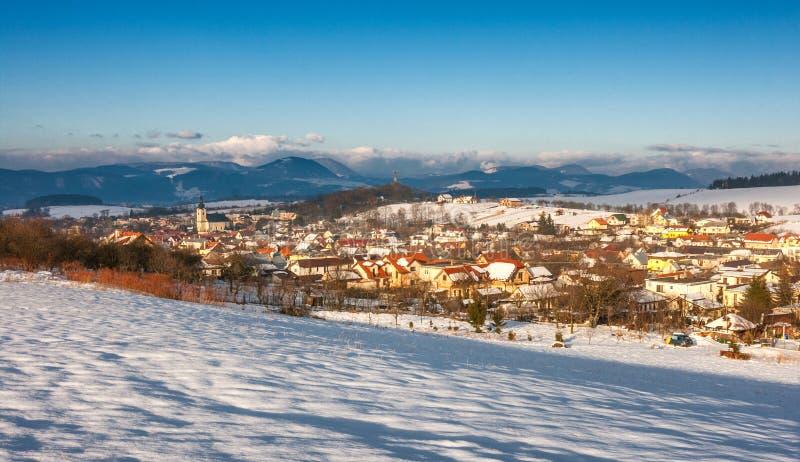 Ландшафт зимы Snowy с деревней Rosina около городка Zilina стоковое изображение rf