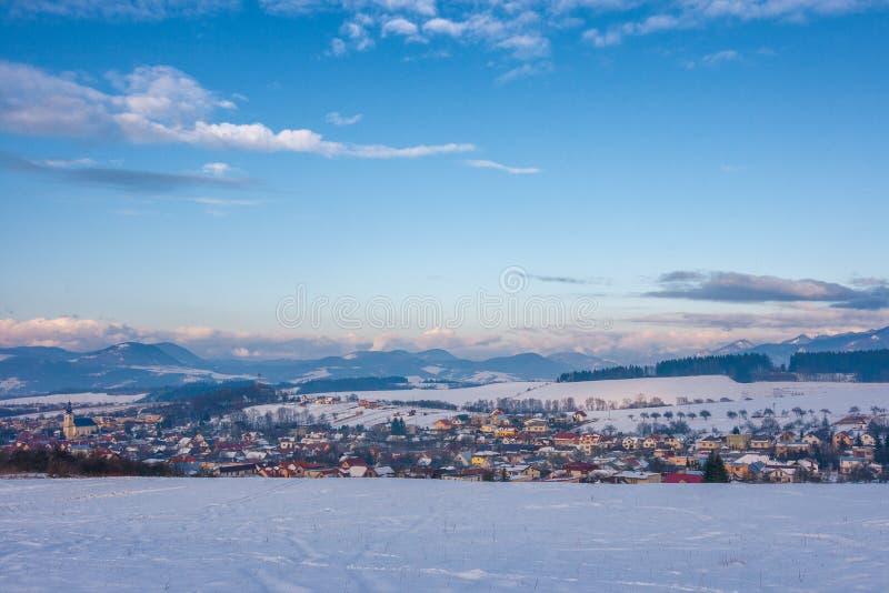Ландшафт зимы Snowy с деревней Rosina около городка Zilina стоковые фото