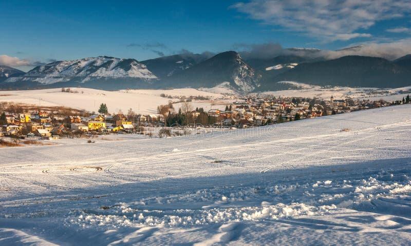 Ландшафт зимы Snowy с деревней Visnove около городка Zilina стоковое изображение rf