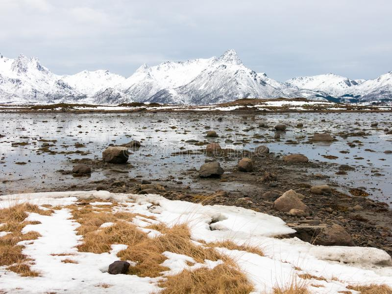 Ландшафт зимы Strengelvagfjorden к югу от Klo на Langoya, Vesteralen, Nordland, Норвегии стоковые фотографии rf
