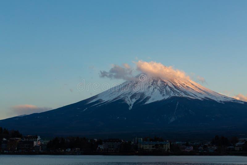 Ландшафт изумляя озера Mt Фудзи Kawaguchiko, Японии во времени дня захода солнца в концепции предпосылки голубого неба для fujisa стоковое фото