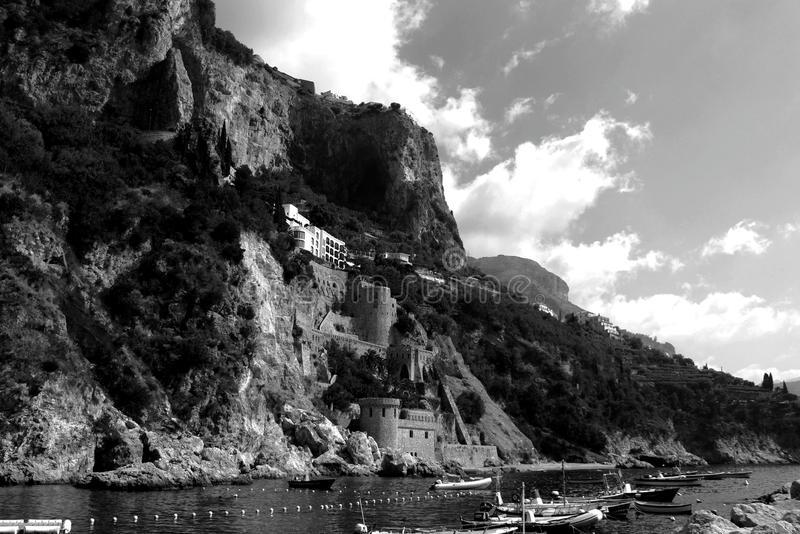 Ландшафт Италии - изумительный черно-белый пляж Амальфи стоковое фото rf
