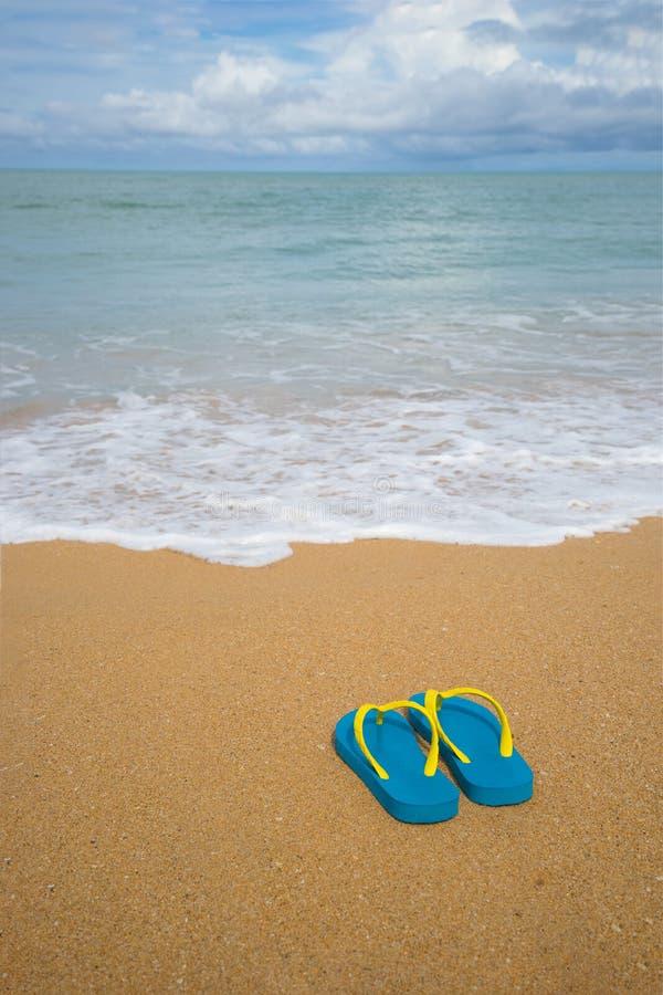 Ландшафт и сандалии океана на пляже Добро пожаловать лето стоковые фотографии rf