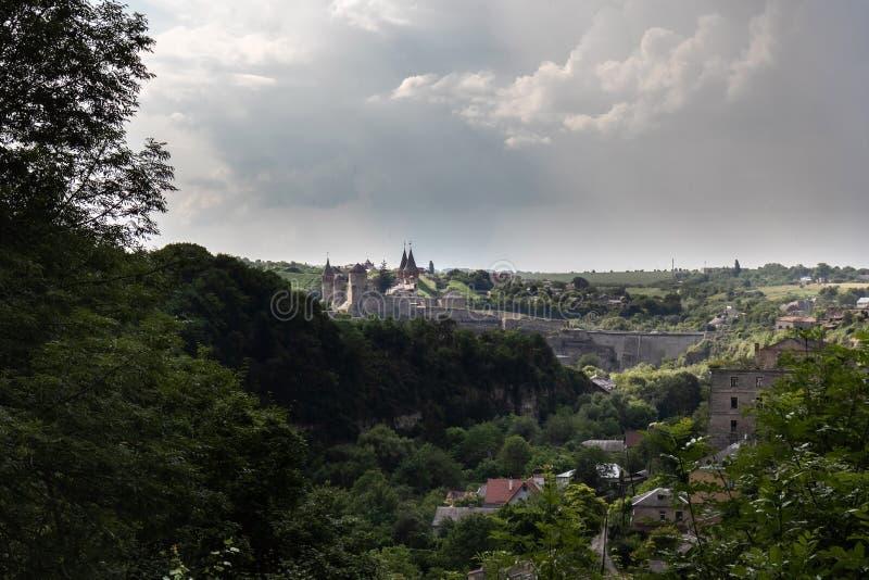 Ландшафт каньон покрытый с лесом и травой со средневековой крепостью города Kamianets-Podilskyi отдаленно стоковые фотографии rf