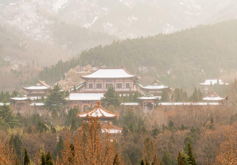 Ландшафт комплекса nanshan виска на городе longkou в горе Lushan в провинции Шаньдуна Китая стоковые изображения rf