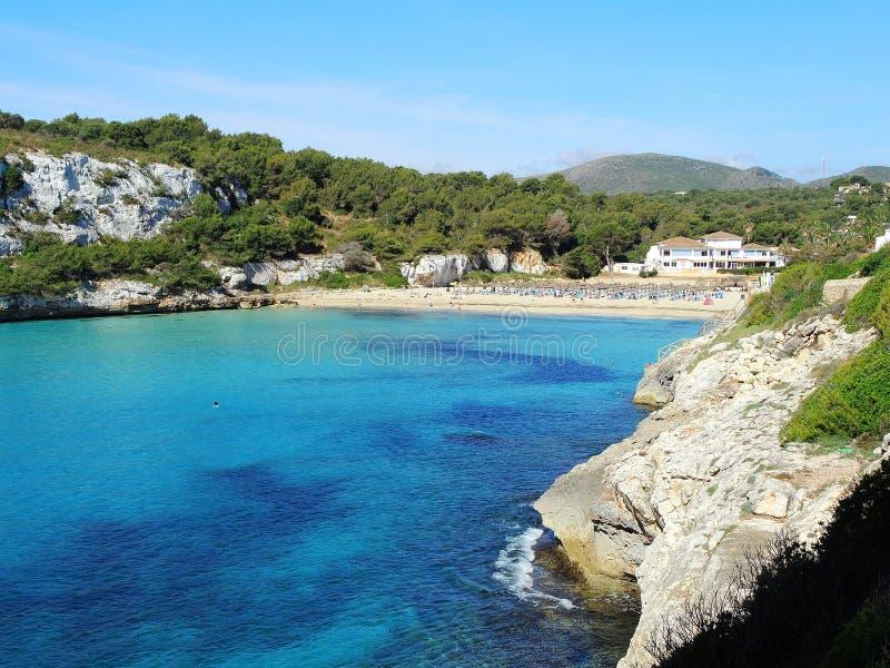 Ландшафт красивого залива Mas en ` Cala Estany d с чудесным морем бирюзы, Cala Romantica, Порту Cristo, Майоркой стоковая фотография rf