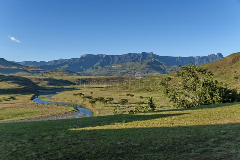 Ландшафт к амфитеатру в горе Drakensberg стоковое фото rf