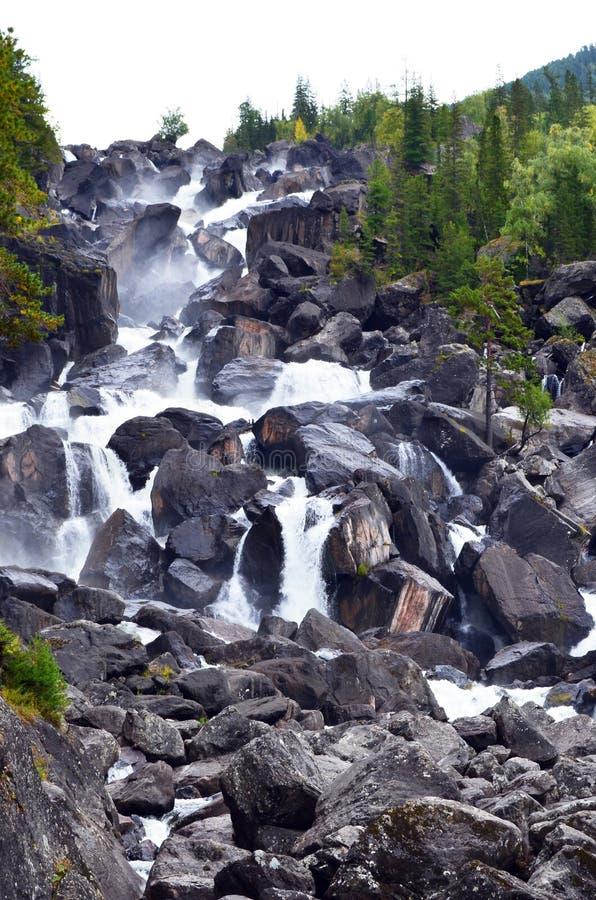Ландшафт лета водопада в горах Altai, республики Uchar Altai, Сибиря, России стоковые фотографии rf