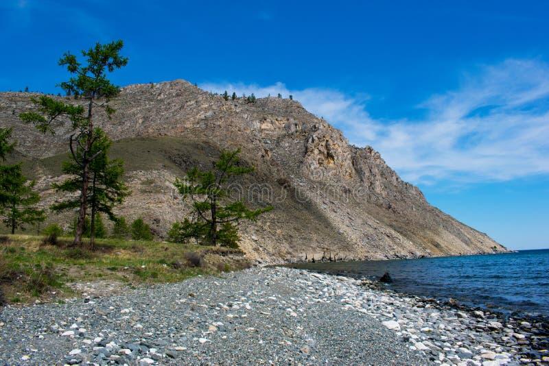 Ландшафт лета на Lake Baikal на ясный солнечный летний день с голубым небом стоковое фото rf