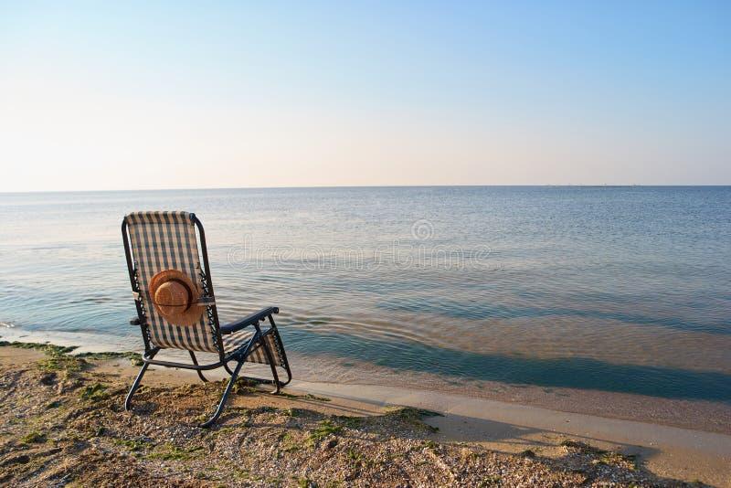Ландшафт моря с шляпой deckchair и солнца стоковое изображение rf