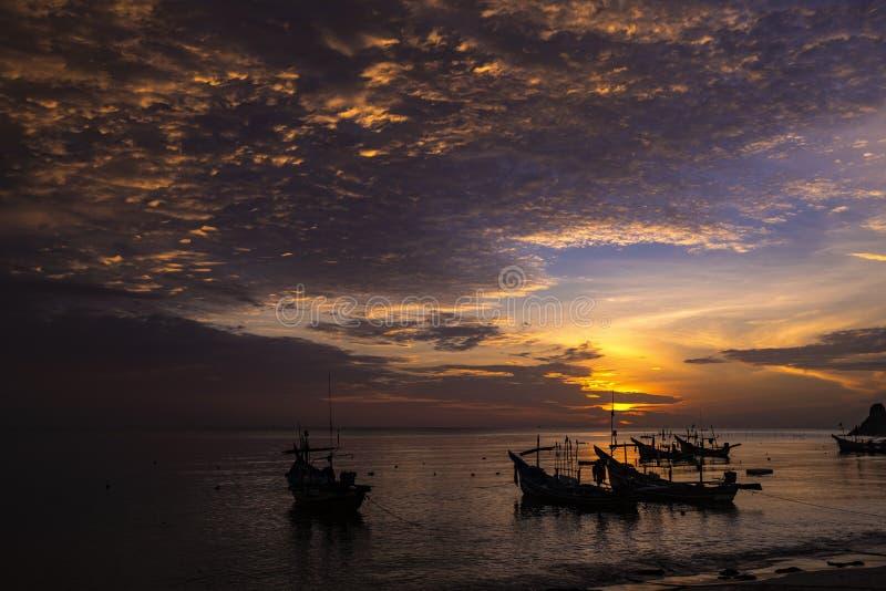 Ландшафт моря утра с силуэтом шлюпок и славным небом стоковое фото rf