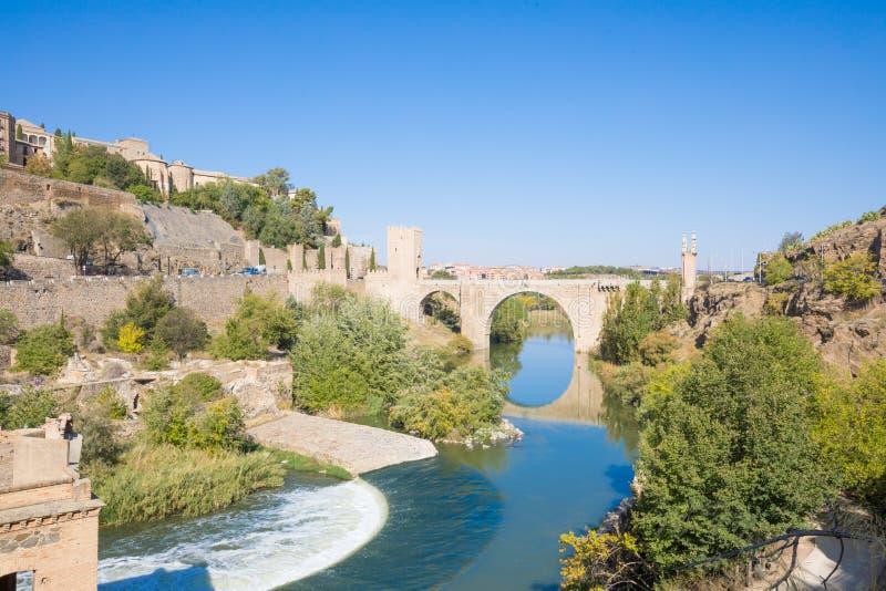Ландшафт моста Alcantara в Toledo и реке Tagu стоковое изображение