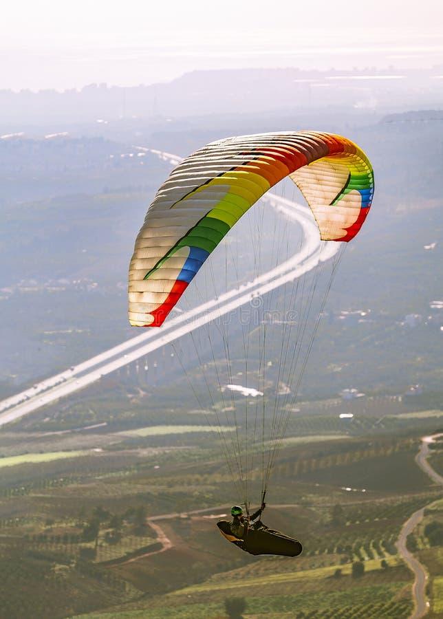 Ландшафт мухы свободно в небе Параглайдинг спорт неба стоковые фотографии rf