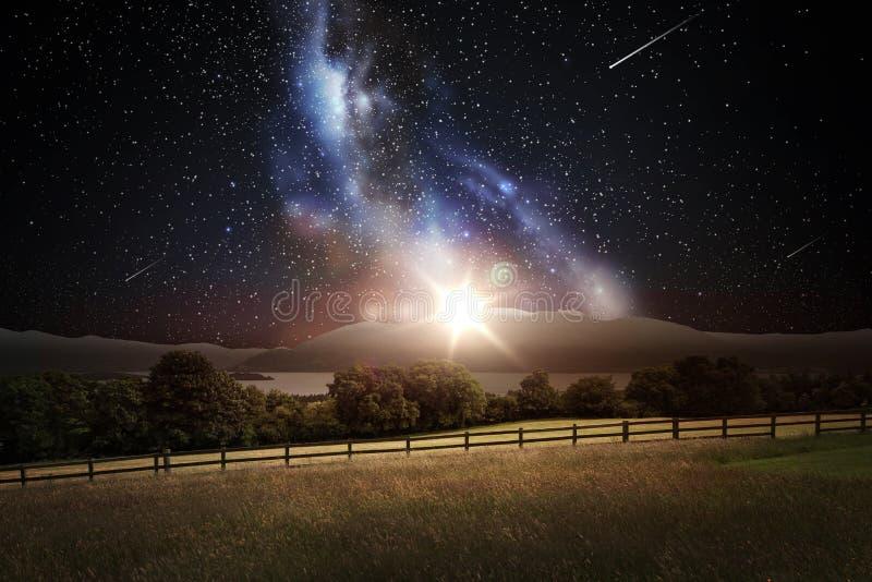 Ландшафт над космосом и звездами в ночном небе стоковая фотография rf