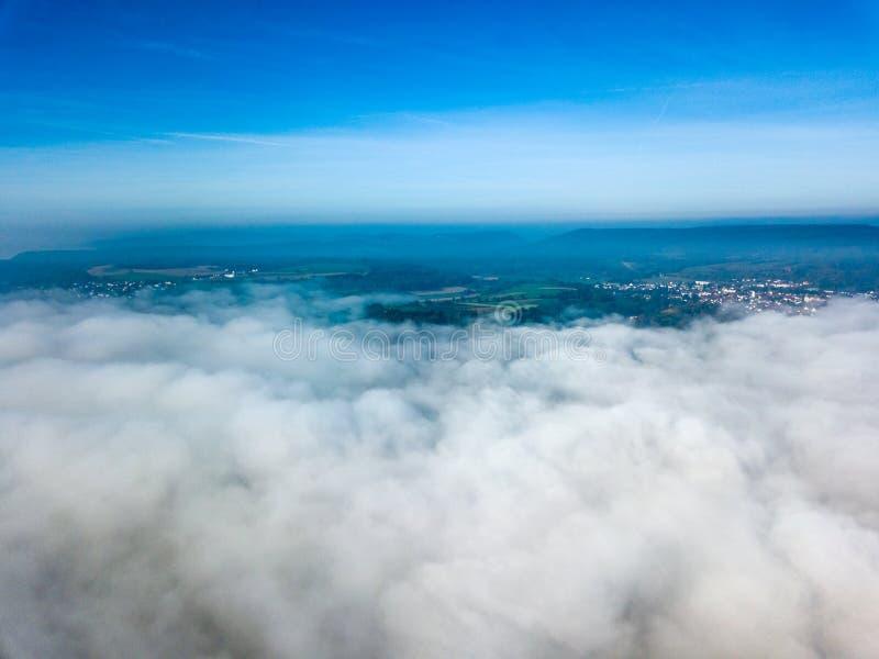 Ландшафт над туманом утра стоковая фотография rf