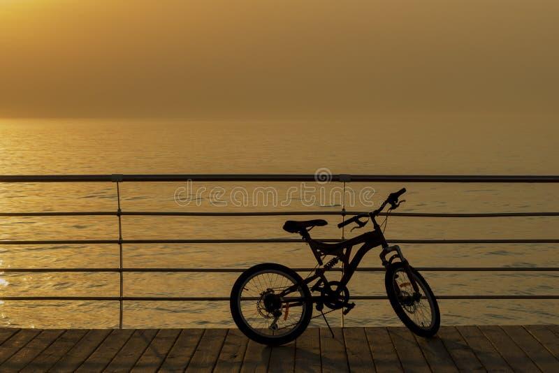 Ландшафт неба предпосылки захода солнца с силуэтом велосипеда Отсутствие людей объект горного велосипеда Солнечный восход солнца  стоковое изображение