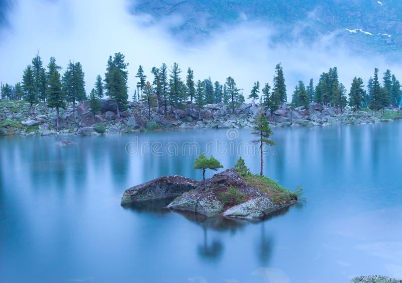 Ландшафт ночи озера горы под дождем стоковые изображения rf