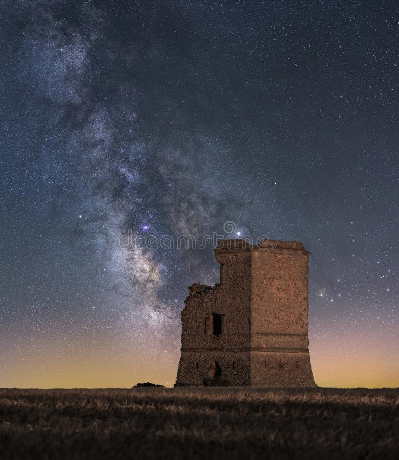 Ландшафт ночи с млечным путем над старым замком стоковая фотография