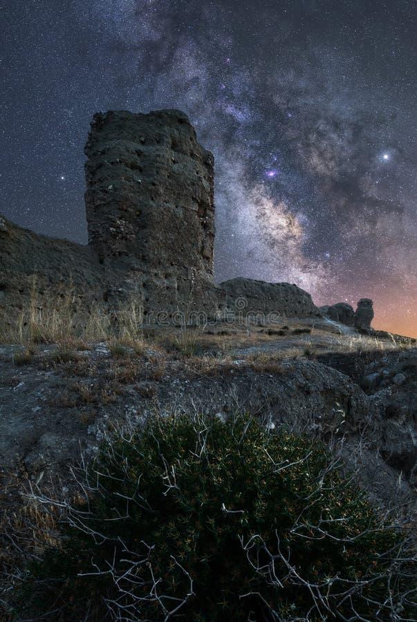 Ландшафт ночи с млечным путем над старым замком стоковое фото